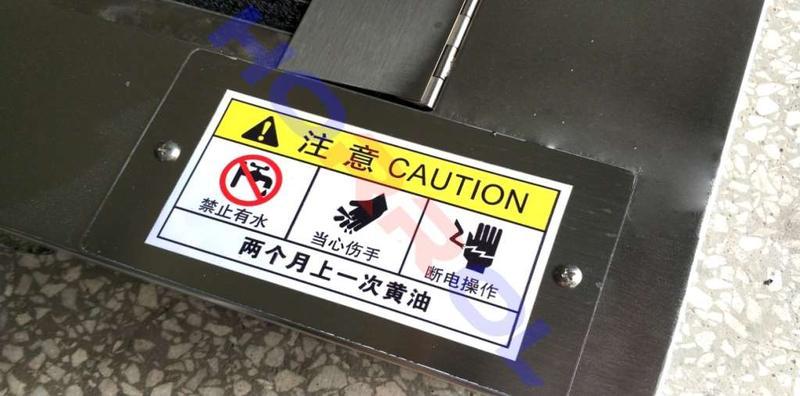 为防止链条锈蚀,避免对鞋底清洗机设备造成致命损害,请自行两个月加注一次黄油